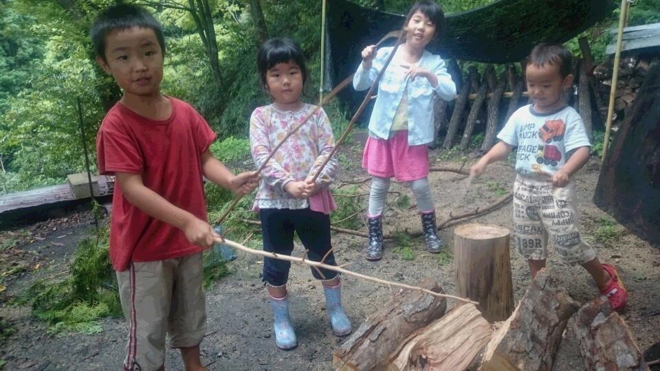 ~子供たちは、遊びの天才♪ 枝で薪や丸太を打って、太鼓あそびごっこ。とっても可愛いかったです♫~
