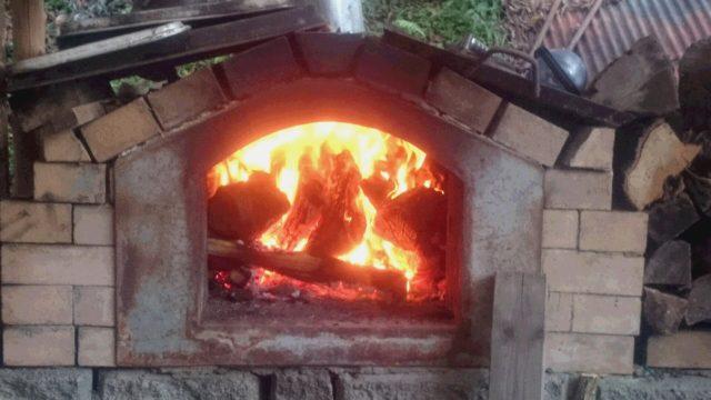 10/20:パン窯に薪をくべて♪