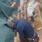 丸太と杭をボルトで固定