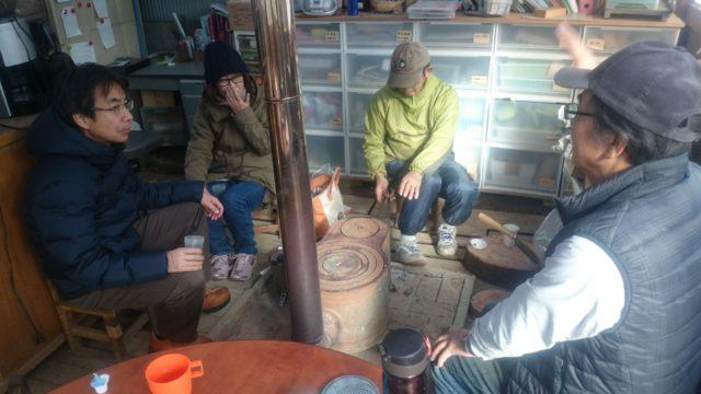 薪ストーブを囲んでスタート