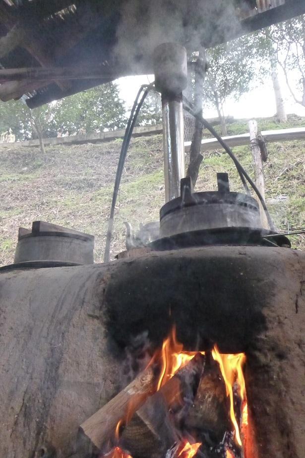 大豆は、ゆっくりじっくり時間をかけて釜戸で炊きました。