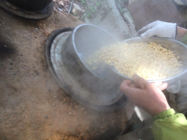 2018.2.25②大豆を羽釜で炊いていきます