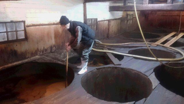 杉の大樽が並ぶ醤油蔵