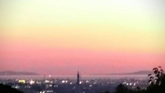 水平線には、海と夕焼けと淡路島