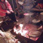 焚き火の炎で焼料理