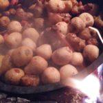 焚き火でダッチオーブン
