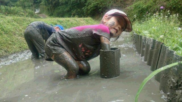 子供は、せっせと泥遊び。「たんぼからえんとつはえてきてん♪」