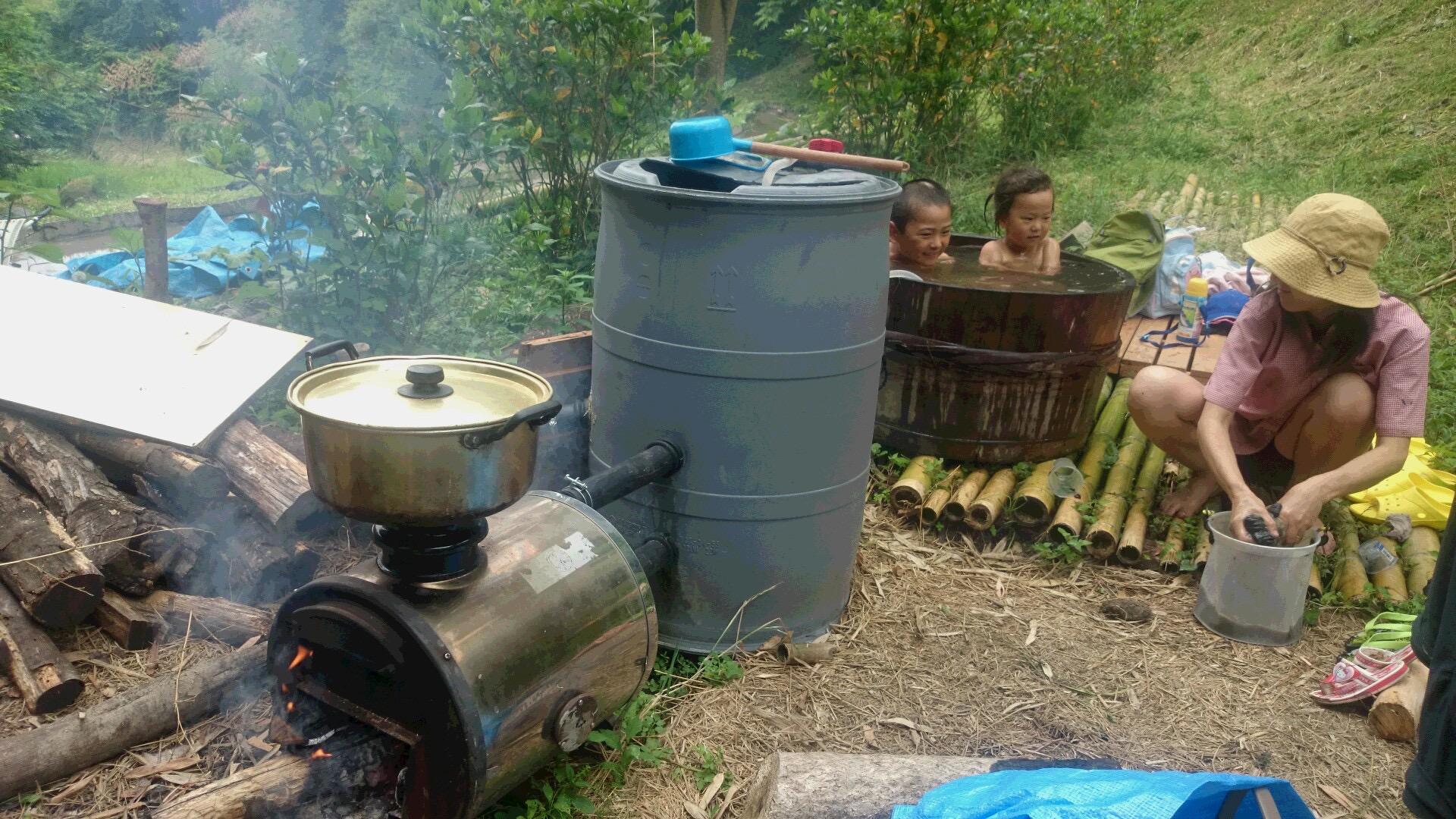 山からの水を、薪ボイラで沸かしてます♪