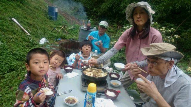 昼食は、スタミナ満点、田んぼで すき焼き♪