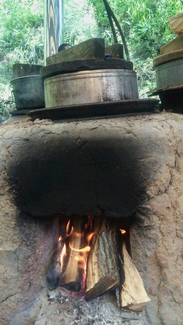 ~へっついさん(かまど)の火で、茶粥を炊きます~